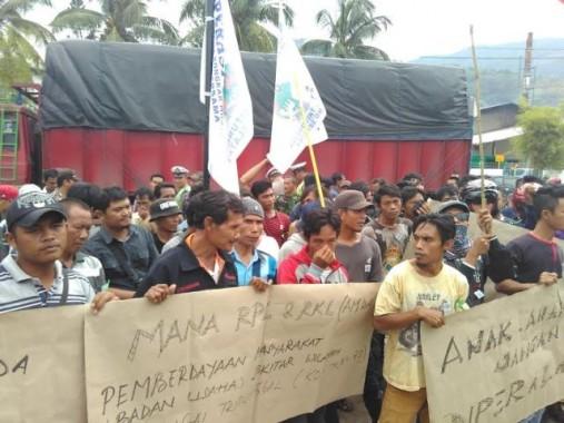 -  Ratusan warga Kelurahan Rangai Tritunggal, Kecamatan Ketibung, Lampung Selatan, berunjuk rasa di depan PT Sumber Indah Perkasa di Jalan Soekarno-Hatta, Kamis 4/2/2016. | Andi Apriyadi/Jejamo.com