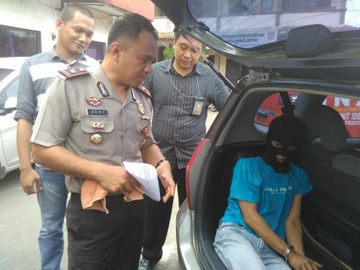 Kepala Satuan Reserse Kriminal Polresta Bandar Lampung Komisaris Dery Agung Wijaya didampingi dua anggotanya, saat ekspose, Senin, 8/2/2016 | Andi/jejamo.com
