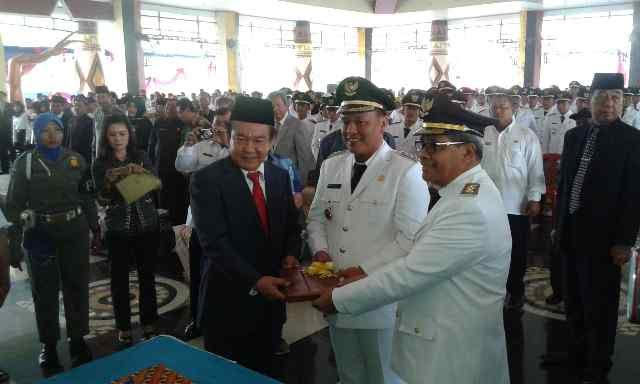 Mantan  PJ bupati Lampung Tengah Dr. Edarwan saat memberikan Cendramatan untuk Bupati dan Wakil Bupati Lampung Tengah periode 2016-2021 | Raeza/jejamo.com