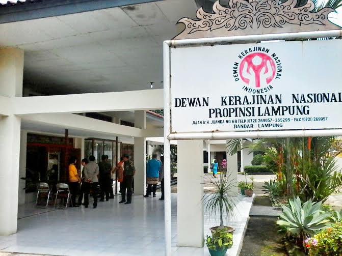 Jalan Provinsi  di Sekampung Udik Lampung Timur Rusak Parah