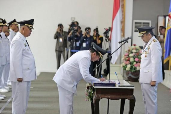 Heman HN menandatangai berita acara pelantikan dihadapan Gubenur Lampung | tama/jejamo.com