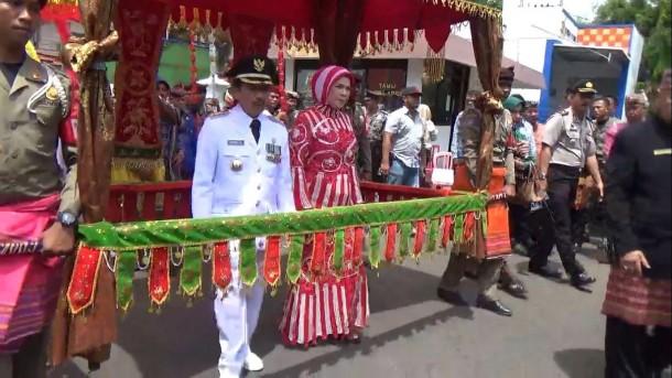 Kedatangan Herman HN bersama sang istri di Kantor Pemkot Bandar Lampung disambut dengan tarian dan musik adat Lampung, Rabu, 17/2/2016. | Sigit Sopandi/Jejamo.com