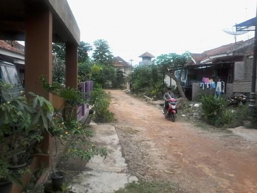 jalan Perumahan Jenganan Sikep Kotabumi, Lampung Utara, belum diaspal dan kini kondisinya makin rusak memasuki musim hujan. Foto dibidik, Jumat, 12/2/2016. | Mukaddam/Jejamo.com
