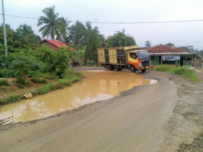 Jalan Raya di Desa Cahaya Negeri, Dusun Cabang 4, Kecamatan Abung Barat, Lampung Utara, rusak parah | Rengki/jejamo.com