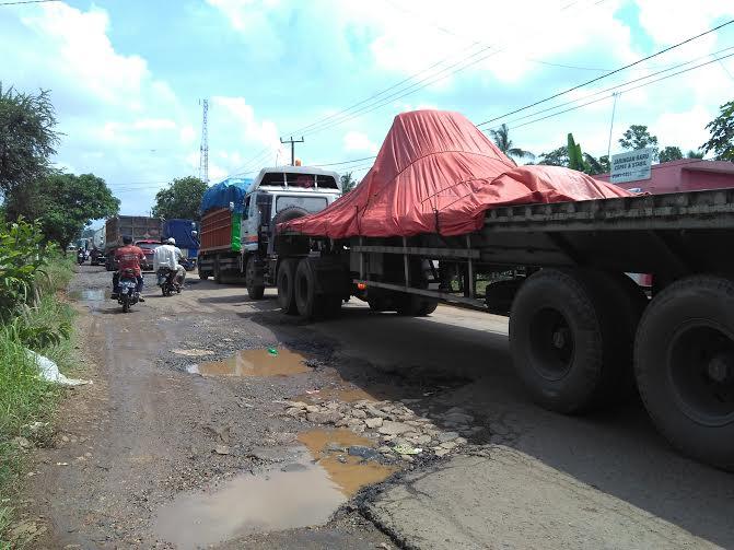 Jalan Lintas Timur yang berada di Desa Way Areng, Kecamatan Mataram Baru, Kabupaten Lampung Timur rusak parah' Foto diambil Jumat, 5/2/2016 | Wahyu/jejamo.com