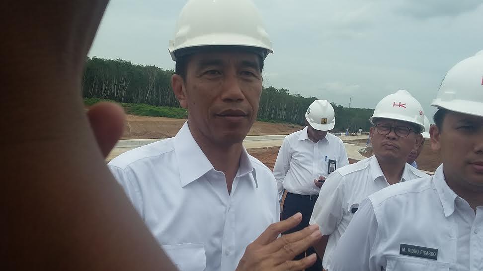 Presiden Jokowi saat melihat proses pembangunan Tol Lampung di Sabah Balau, Kamis, 11/2/2016 | Sugiono/jejamo.com