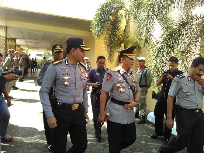 Kapolda Lampung Brigjen Ike Edwin (tengah) didampingi Kapolresta Bandar Lampung Kombes Hari Nugroho (kiri), Rabu, 17/2/2016 | Andi/jejamo.com