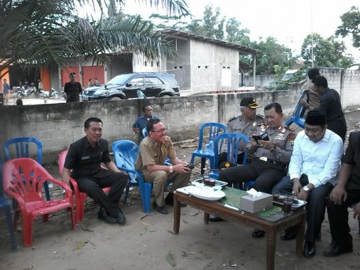 Kapolda Lampung Brigjen Ike Edwin (dua dari kanan) bersama Bupati Lampung Utara Agung Ilmu Mangkunegara (kemeja putih dan berkopiah) di lokasi kejadian bentrok di Desa Sukadana Ilir, Kecamatan Bunga Mayang, Selasa, 2/2/2016. | Buhairi Aidi