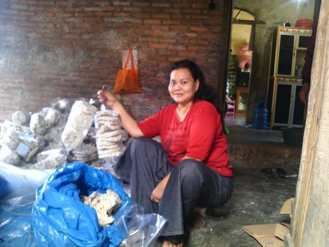 Renyahnya Kerupuk Ikan Tiga Putri Tulangbawang Barat