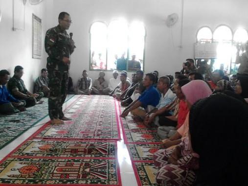 Komandan Korem (Danrem) 043 Garuda Hitam (Gatam) Kolonel Inf Joko Purwo Putranto saat berdialog dengan warga korban kerusuhan di Sukadana Ilir | Lia/jejamo.com