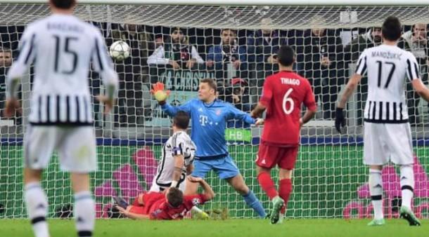 Kiper Bayern Munchen, Manuel Neuer, tak mampu menahan tembakan gelandang Juventus, Stefano Sturaro, yang bersarang di gawangnya pada laga di Juventus Stadium, Turin, Rabu dini hari, 24/2/2016. AFP/Giuseppe Cacace