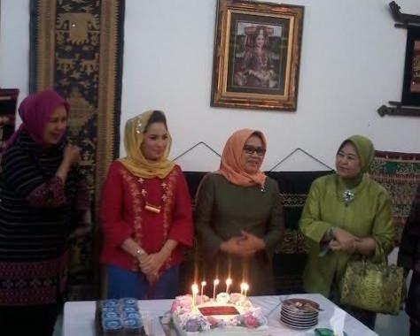 Istri Wakil Presiden Jusuf Kalla, Mufidah Kalla (dua dari kanan), mendapat kejutan ulang tahun saat meninjau kantor Dewan Kerajinan Nasional Daerah (Dekranasda) Provinsi Lampung, Sabtu, 13/2/2016. | Artha/Jejamo.com