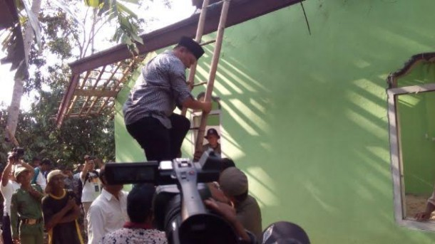 Bupati Mustafa gorong royong bersama warga | Raeza/jejamo.com