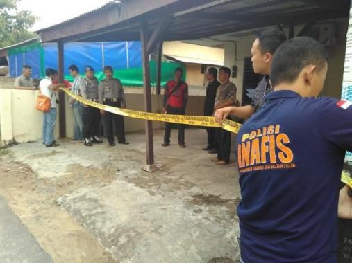 Petugas Inafis Polresta Bandar Lampung dan Polda Lampung gelar olah tempat kejadian perkara, Minggu, 7/2/2016. | Andi Apriyadi/jejamo.com