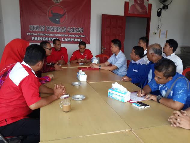 Tim penjaringan DPC PDI Perjuangan Pringsewu saat menerima rombongan salah satu pendaftar Balonkada Pringsewu, Edi Agus Yanto. | Nur Kholik/Jejamo.com