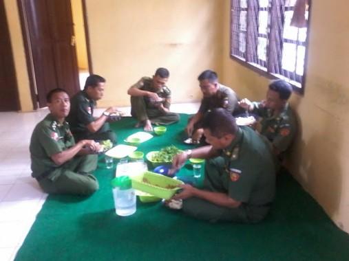 Pegawai Kecamatan Kotabumi Selatan Makan Bersama Demi Hemat Waktu