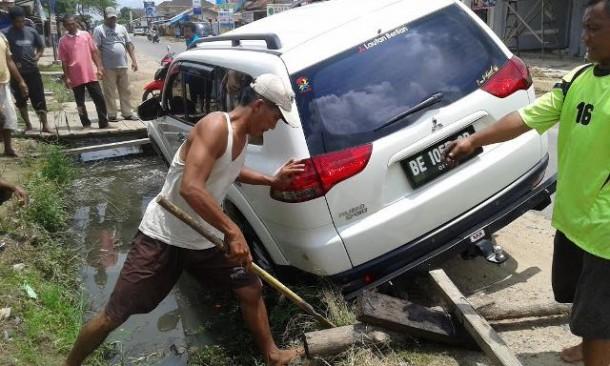 Pajero Sport Terperosok di Parit Jalan Raya Pasar Merapi Lampung Tengah