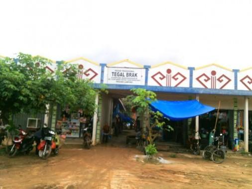Pasar Tradisional Tegal Brak Tiyuh Karta Raharja, Kecamatan Tulangbawang Udik, Tulangbawang Barat. Foto dibidik Kamis, 25/2/2016. | Rengki/Jejamo.com
