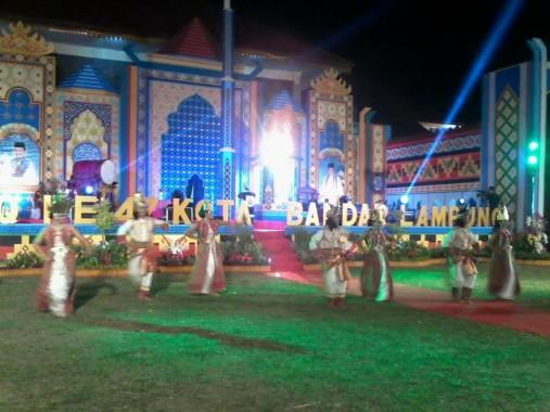 Tarian adat Lampung sebagai penampilan pertama pembukaan MTQ Ke-47 Kota Bandar Lampung di bumi perkemahan Pramuka, Jumat malam, 19/2/2016. | Sigit Sopandi/Jejamo.com