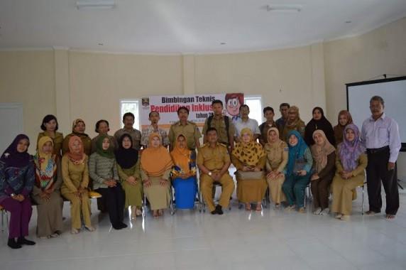 Kepala Disdikbudpora Kota Metro Bangkit Haryo Utomo, Ketua Pokja PI Rifian Hadi dan peserta Bimtek pembudayaan pendidikan inklusi | Disdikbudpora Kota Metro