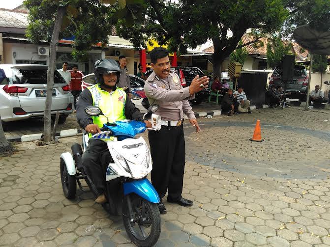 Edi Nainggolan, penyadang disabilitas, sedang mengikuti uji pembuatan SIM D di Polresta Bandar Lampung | Andi/jejamo.com
