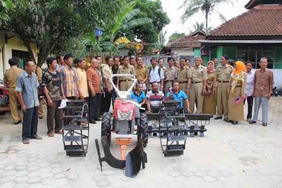 Walikota Metro A. Pairin berfoto bersama dengan perwakilan Poktan Kota Metro penerima bantuan Alsintan dari Kementan RI | Tyas/jejamo.com