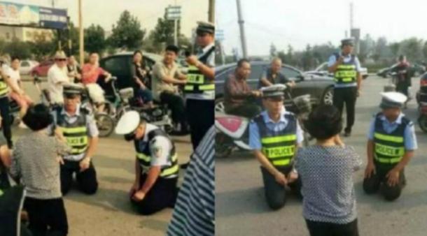 Hebat! Dua Polisi Ini Berlutut Sebelum Menilang Pengendara Mabuk