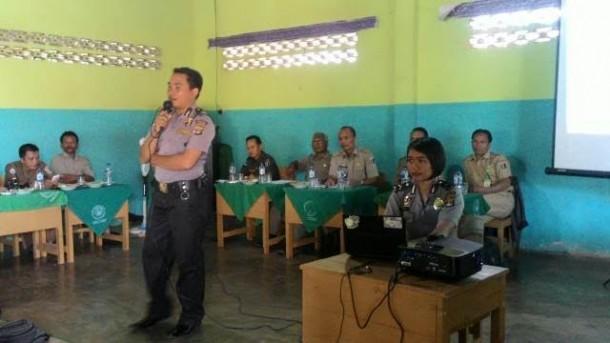 Babinkantibmas Desa Way Mili, Gunung Pelindung, Brigadir Alex Kurniadi saat memberikan materi bahaya narkoba di aula SMK Ma'arif 7. | Wahyu/Jejamo.com