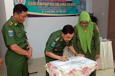 Penjabat (Pj) Wali Kota Metro Achmad Chrisna Putra menandatangani prasasti peresmian gedung rawat inap anak RSUD Ahmad Yani | Tyas/jejamo.com