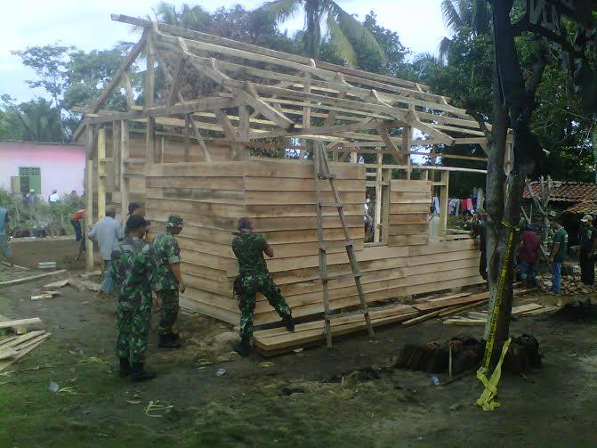 Aparat TNI dari Kodim 0412 Lampung Utara membantu warga Sukadana Ilir membangun kembali rumah warga yang hancur akibat kerusuhan antarwarga | Lia/jejamo.com