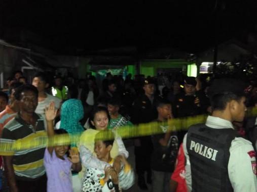 Edi Santoso (40), terduga teroris Lampung, ditangkap di rumah orangtuanya di Jalan Selat Malaka V RT 8, Kampung Telukjaya, Kelurahan Panjang Selatan, Kecamatan Panjang, Bandar Lampung, Selasa, 2/2/2016, sore. Warga ramai berkerumun. | Andi Apriyadi/Jejamo.com