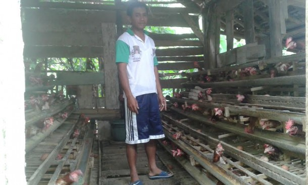 Sudarsono bersama ternak ayam miliknya |Adrian/jejamo.com
