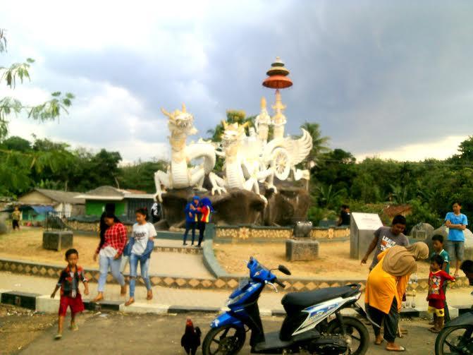 Tugu Rato Nago Besanding di Tulangbawang Barat Ramai Dikunjungi Warga