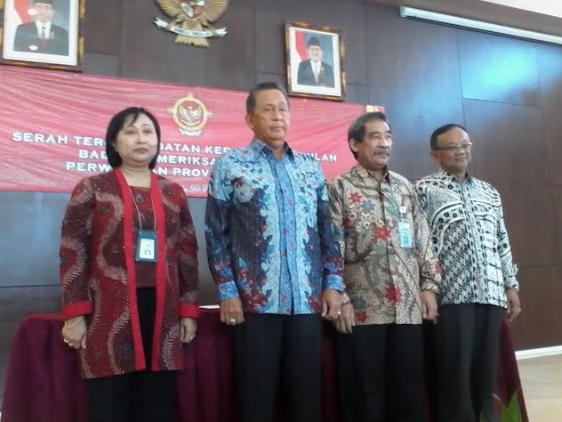 Kepala Perwakilan BPK Provinsi Lampung, Sunarto (kedua dari kanan) foto bersama dengan anggota komisi V BPK RI. | Sigit Sopandi/Jejamo.com