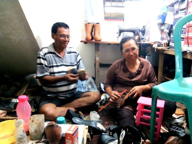 Azwar, Perajin Sepatu Kulit Bergaransi 1 Tahun di Lampung Utara
