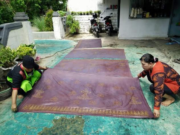 Para pengrajin batik tulis dan batik cap pada industri kreatif batik di Kota Metro. | Tyas Pambudi/Jejamo.com