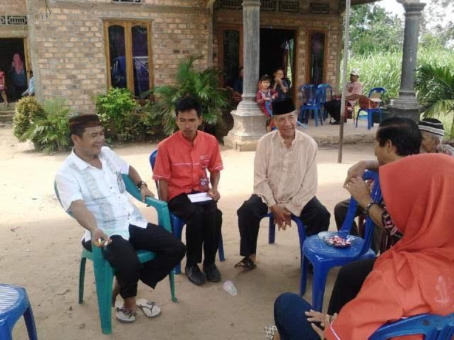 Pihak keluarga M. Jaya Pratama saat memberikan keterangan kepada awak media perihal bentrok yang terjadi di Bunga Mayang Lampung Utara. | Buhairi/Jejamo.com