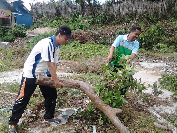 Kegiatan Jumat bersih di Kelurahan Cempedak Kotabumi Kota dalam rangka mengejar target piala Adipura. | Buhairi/Jejamo.com