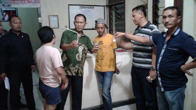 Aparat kepolisian sekotr Pringsewu menunjukan barang bukti yang digunakan DS untuk mengonsumsi narkoba. | Nur Kholik/Jejamo.com