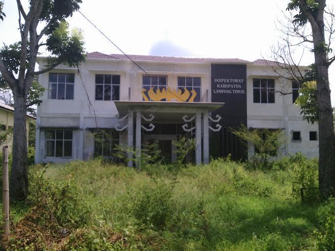 Sempat terbengkalai dengan alasan anggaran, pembangunan gedung Inspektorat Lampung Timur akhirnya diteruskan tahun ini menggunakan APBD sebesar Rp 1,6 miliar. | Parman/Jejamo.com