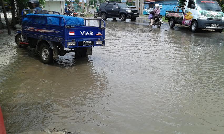 Kondisi jalan di kawasan Bandarjaya Timur, tepatnya di Jalan Raya Jendral Sudirman arah Merapi digenangi air. | Adrian Arlambang/Jejamo.com