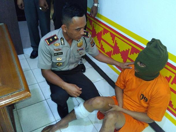 Kepolsekta Tanjungkarang Barat Komisaris Heru Adrian saat mengintrogasi tersangka jambret di polsek setempat. | Andi Apriyadi/Jejamo.com