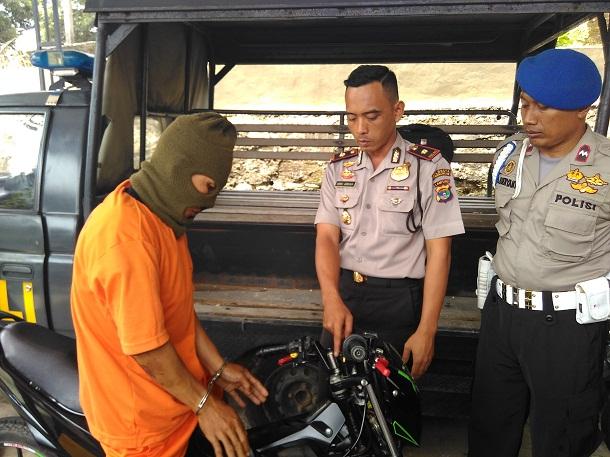 AR, tersangka penjambretan saat digelandang di Polsek Tanjungkarang Barat Bandar Lampung. | Andi Apriyadi/Jejamo.com
