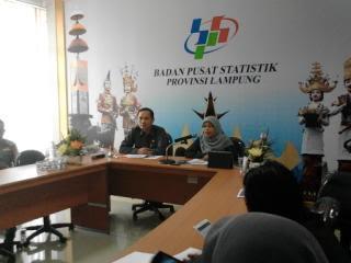 kepala BPS Lampung, Yeane Irma Ninggrum (kanan), saat konfrensi pers di ruang Vicon lantai III BPS Lampung, Senin, 15/2/2016. | Arif Wiryatama/Jejamo.com