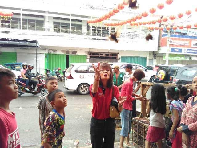 Melepas Burung Pipit, Tradisi Tionghoa Bandar Lampung Membuang Sial
