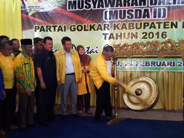 Ketua DPD I Lampung M. Alzier Dianis Thabrani saat membuka Musda ke-II Golkar Pringsewu, Senin 29/02/2016. | Nur Kholik/Jejamo.com