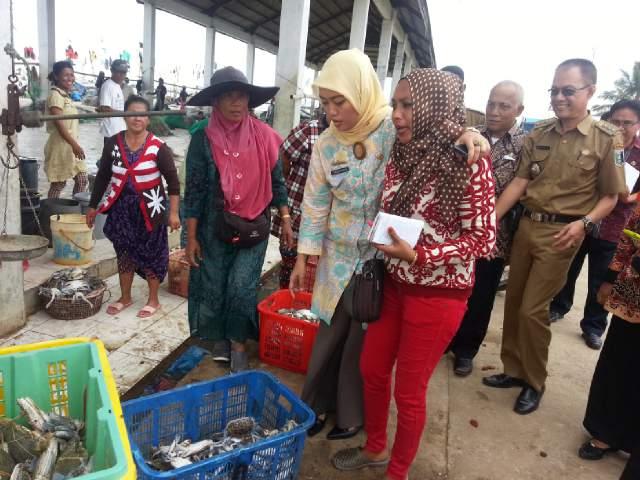 Bupati Lampung Timur Chusnunia Chalim saat mengunjungi lokasi pelelangan ikan Kecamatan Labuhan Maringgai, Jumat, 26/2/2016.| Parman/Jejamo.com