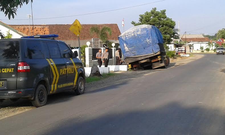 Sebuah truk alami pecah ban di Jalan Merapi Seputihmataram Lampung Tengah, Jumat, 19/2/2016. | Adrian Arlambang/Jejamo.com