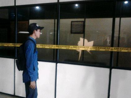 Seorang pria asal Pesawaran memecahkan kaca kantor ketua DPRD Lampung. | Sugiono/Jejamo.com
