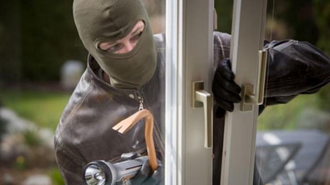 Pencuri mencongkel pintu (ilustrasi). | Ist.